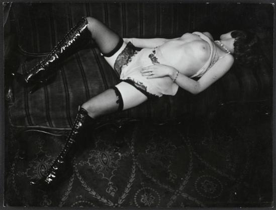 Brassai sans titre Fille dans un hôtel de passe, rue Quincampoix, 1932 Culotte et talons hauts, Diana Slip Co