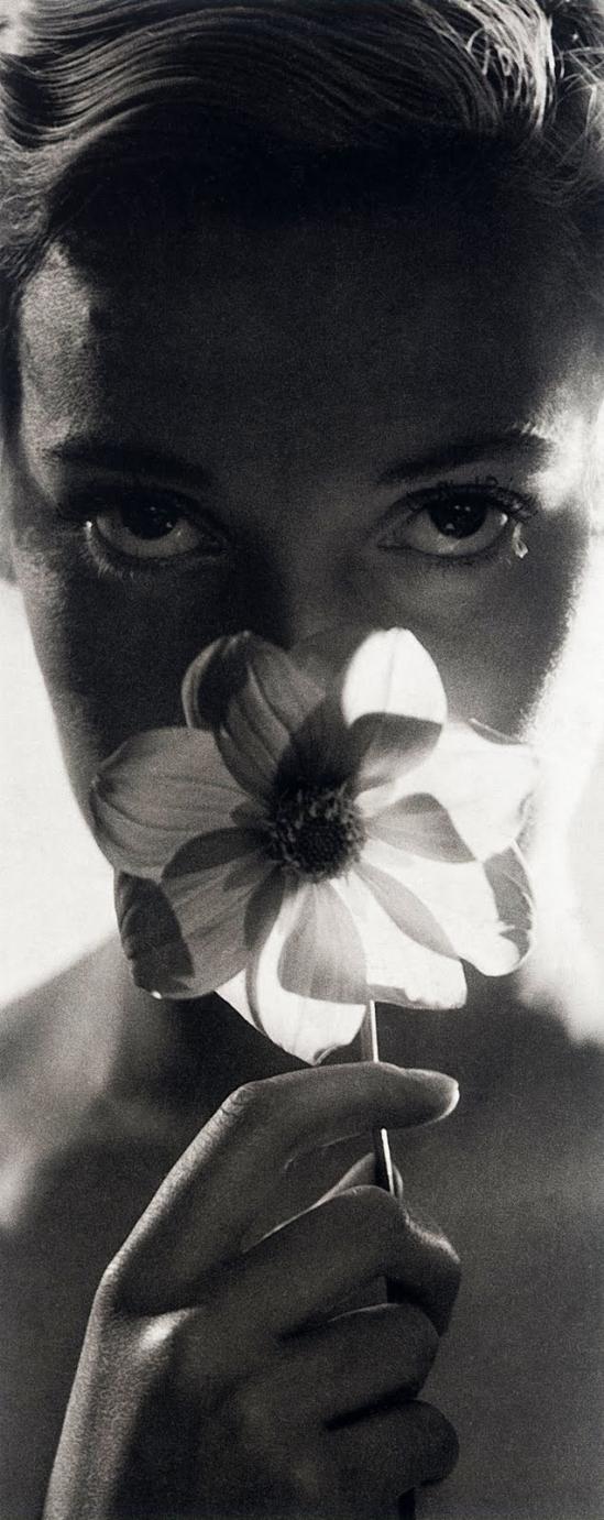 Dora Maar - Assia avec une anémone devant le visage, 1934, ( piasia )