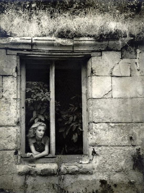 Dora Maar - Jacqueline Lamba accoudée à la fenêtre, 1935