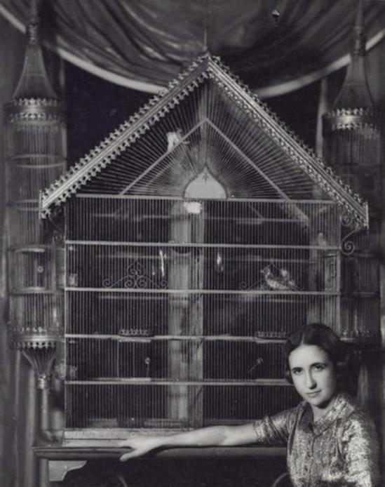 Dora Maar   Lise Deharme chez elle devant sa cage à oiseaux, 1936