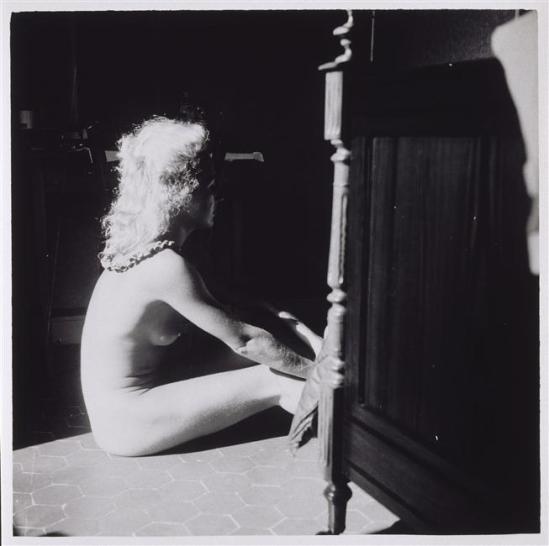 Dora Maar- Nu de Jacqueline Lamba assise au pied du lit, Antibes, ( aussi située à Mougins où st tropez,) 1939