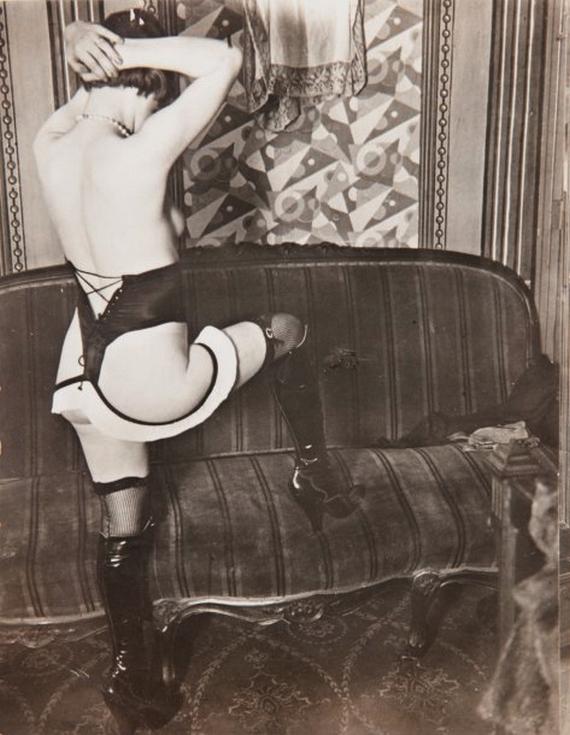 Brassaï - Fille dans un hôtel de passe, rue Quincampoix, 1932 Culotte et bas et talons hauts, Diana Slip & Co