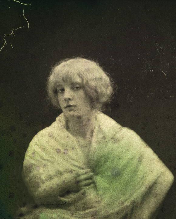 André HACHETTE- Portrait d'une jeune femme en buste, autochrome1907