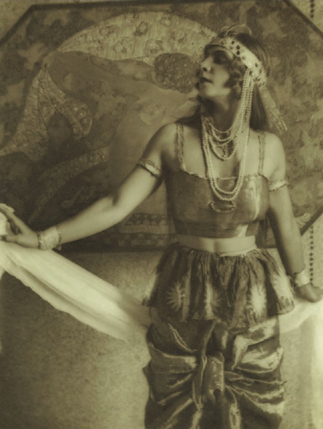 Alexander Danilovich Grinberg - Portrait de l'actrice Веры Холодной ( trad Robe de foi!!!) dans un costume bohémien, The Theatre of Meyerhold, 1914