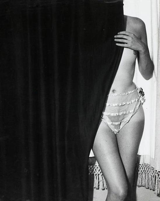 Brassaï-Fille derrière le rideau,1932