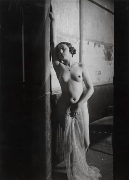 © Brassai -fill aux Folies Bergeres, 1932