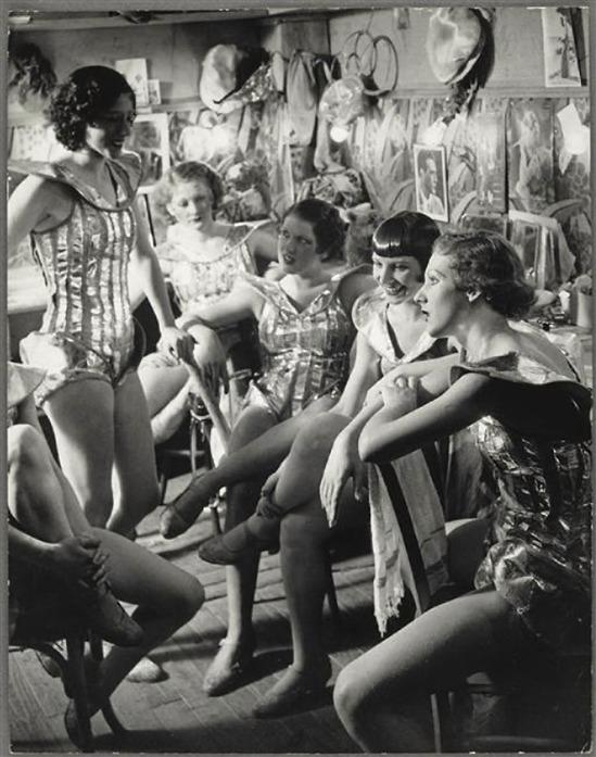© Brassai -Girls anglaises dans leur loge aux Folies-Bergères, 1932