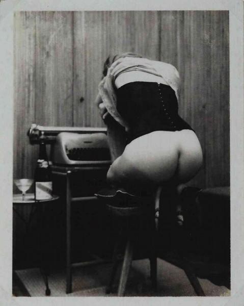 Carlo Mollino-Untitled nude avec  une Olivetti polaroid-1960