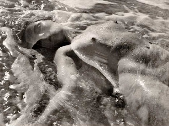 Ruth Bernhard – « In the Waves », 1945