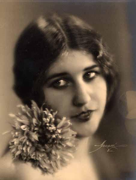 Studio Manassé -Portrait de femme, 1930. [Tirage argentique d'époque.]source verdeau