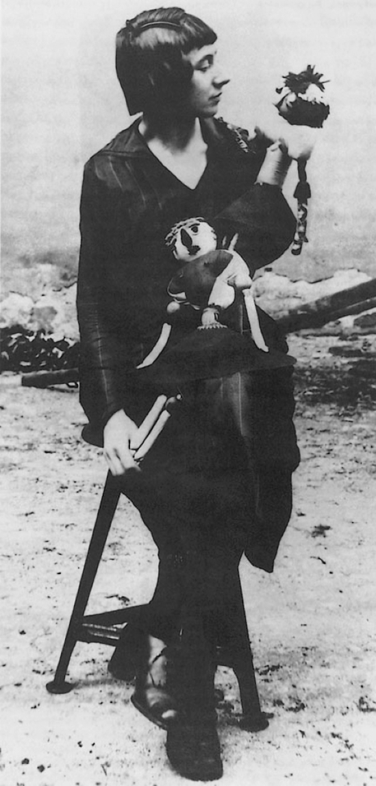Hannah Höch with two Dada dolls, die sie auf der Erten Internationalen Dada-Messe, 1920 in Berlin, 1920 gezgeigt hat