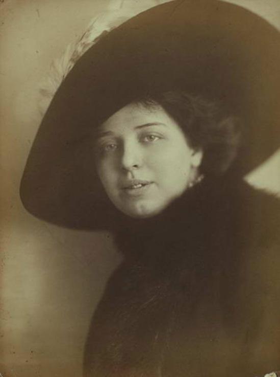 Máté Olga- Hölgy kalapban 1920