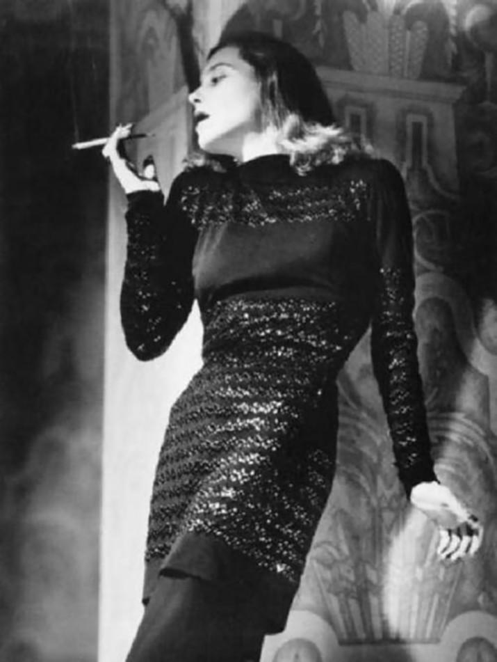 Elio Luxardo, Modella indossa un abito nero con paillettes fuma, Italia, 1948