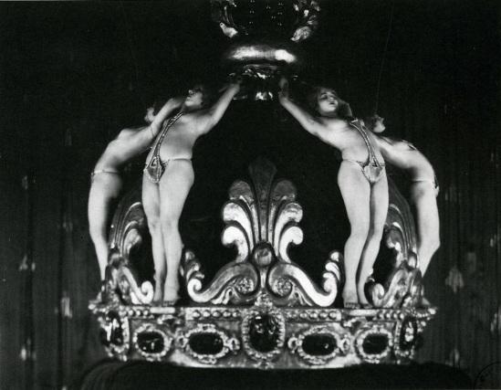 James Abbe Folies Bergère tableau vivant  spectacle des Ziegfeld Follies ( costumes designed by James Ben Ali Haggi)