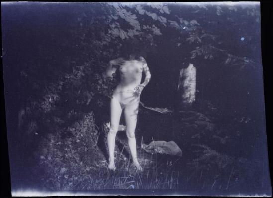 Bonnard Pierre- Marthe debout au soleil, Jardin de Montval, lieu-dit de Marly-le-Roi, 1900- 01 positif