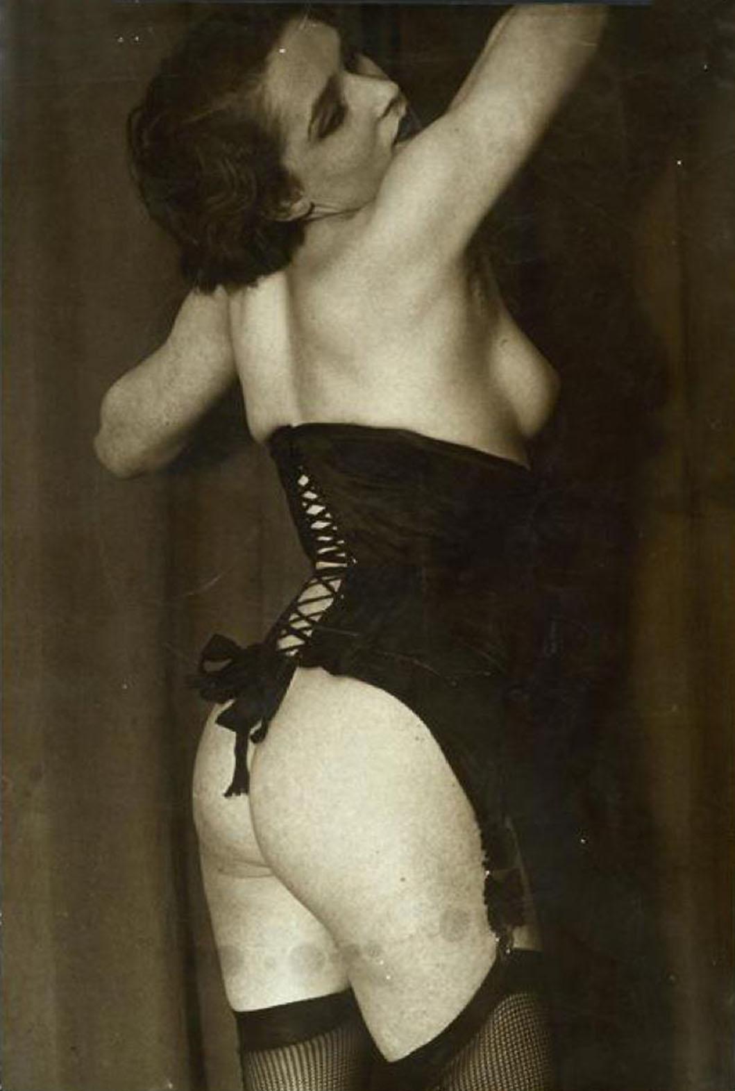 Brassai-Le corset noir, vers 1934 probablement plus 1932 (cf photo au dessus)