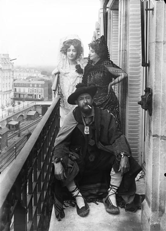 François Antoine Vizzavona -Armand Dayot (1851-1934), créateur et directeur de la Revue l'Art et les Artistes, En compagnie de sa femme, et sa fille déguisés en Espagnol, 1909 (C) RMN