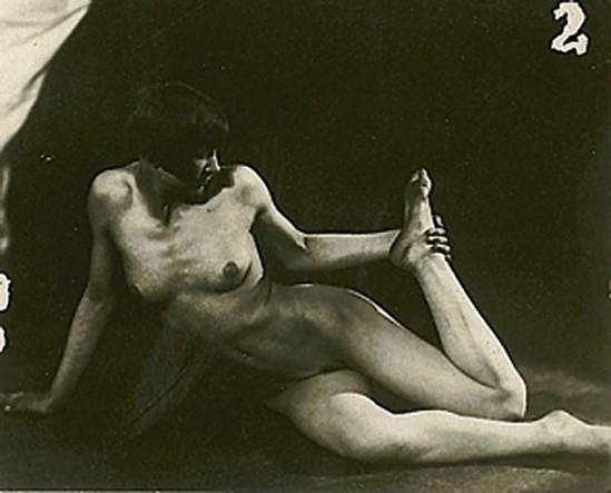 frantisek-drtikol-1883-1961-untitled-nude-vers-1925-tirage-contact-depoque-monte-sur-carton-via-acturial_e