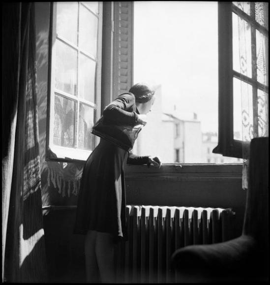 Roger Parry - Edith Piaf dans une chambre d'hôtel se penche à la fenêtre, juillet 1941