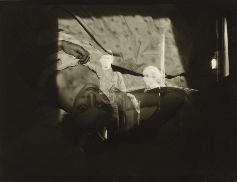 Roger Parry.- femme dans un lit, double exposition 1933.© Ministère de la Culture - Médiathèque du Patrimoine.&