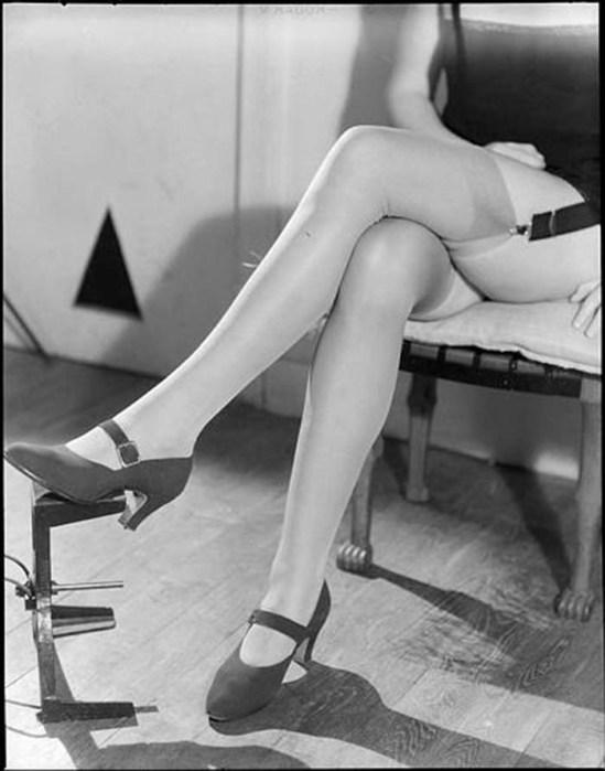 Roger Parry-Femme les jambes croisées portant des bas, 1935