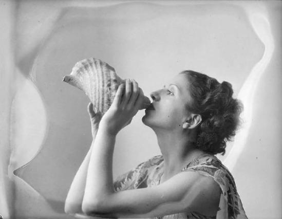 Roger Parry- Femme soufflant dans un gros coquillage,nd