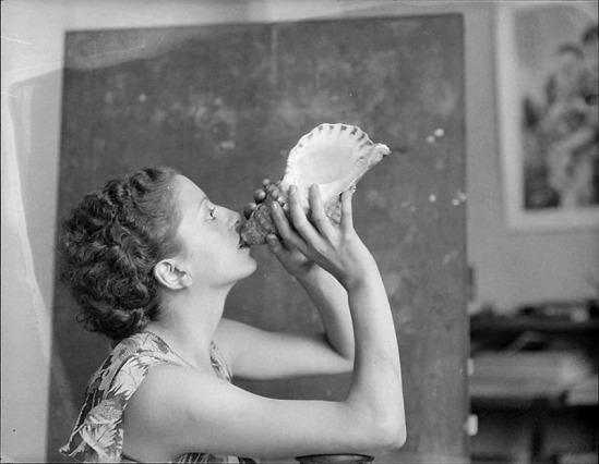 Roger Parry- Femme soufflant dans un gros coquillage,nd1