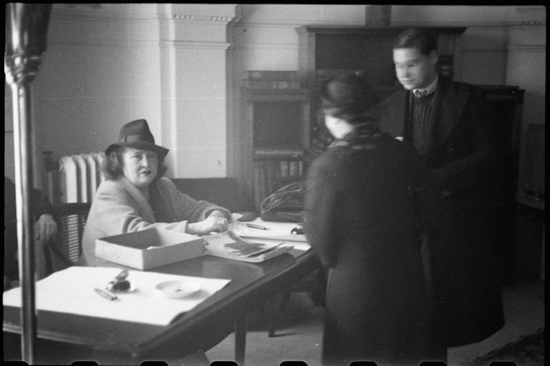 Roger Parry - Fréhel à table avec des admirateurs, lors d'une séance de dedicaces 1940