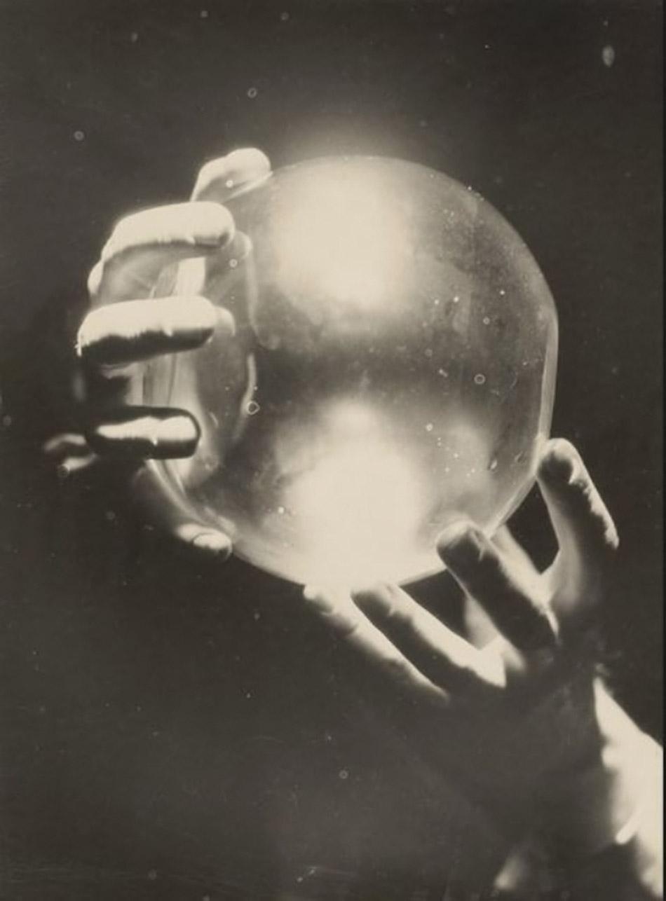 Roger Parry- Mains avec boule de cristal, Variation, 1930 © Ministère de la Culture - Médiathèque du Patrimoine edité pour for André Maurois' Le peseur d'âmes en1932