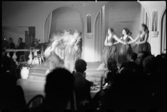 Roger Parry-Serge Lifar au gala de Bagatelle et ses danseuses, 1940