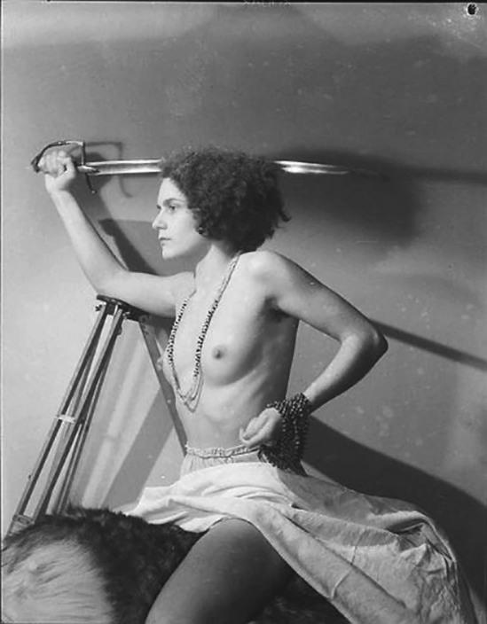 Roger Parry- Une femme aux seins nus brandit un sabre à cheval sur une peau de bête, 1933-34( Etudes ; Illustrations de romans populaires, Collection Détective de Gallimard