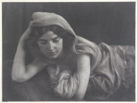 André Hachette- Jeune femme voilée en bandeaux, tête appuyée sur le coude droit, vers 1900