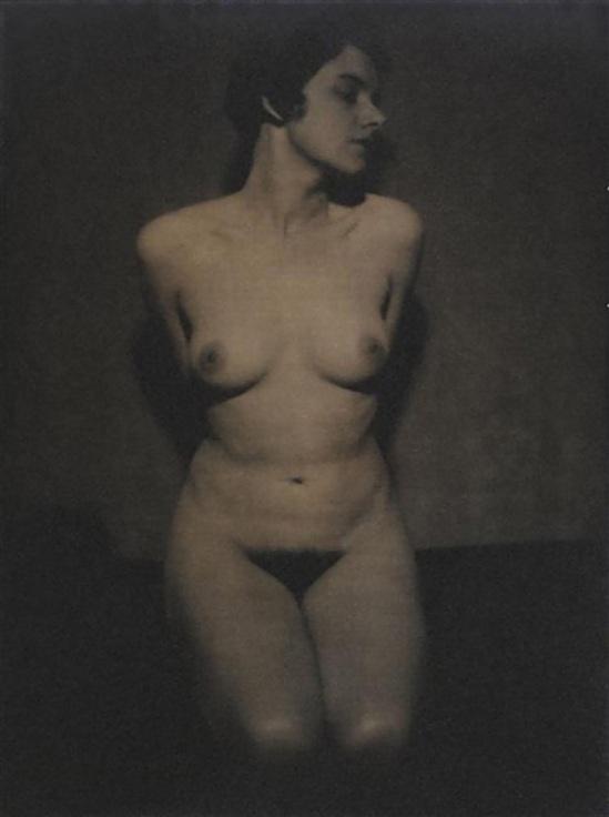 Albert Rudomine -Nu féminin agenouillé, vers 1930(C) Albert Rudomine, Courtesy Galerie M. Chomette