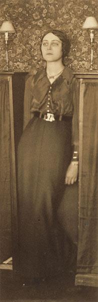 John Léo (dit Jean) Reutlinger (1891-22 août 1914)- Portrait de la poétesse Germaine Schroeder dans son appartement du 52, rue Madame, vers 1913 source bnf exposition