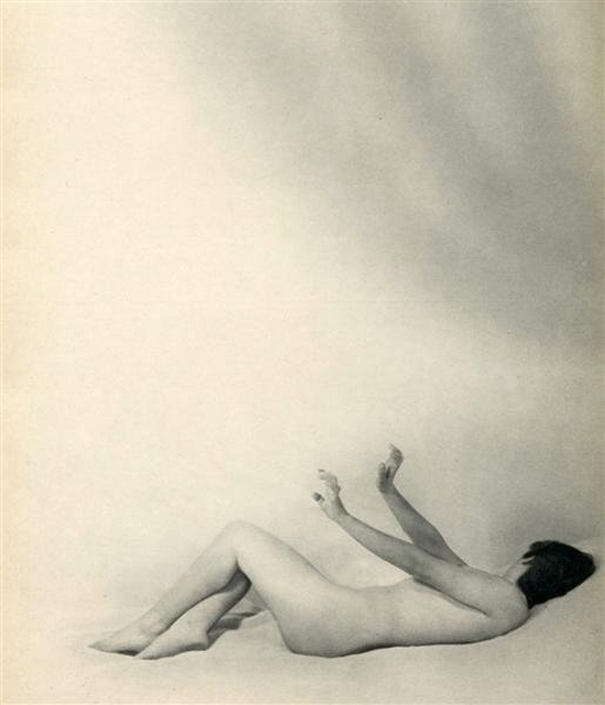 Laure Albin Guillot - Les remords , Douze Chansons de Bilitis.Pierre Louÿs's erotic classic, illustrated by Albin-Guillot's delicate nudes Paris, J. Dumoulin, 1937.