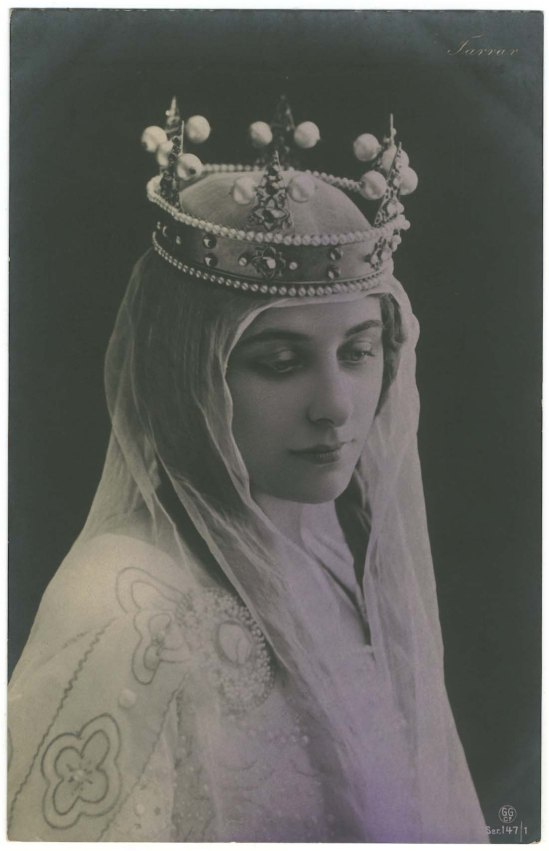 Geraldine Farrar as as Elizabeth in Tannhäuser, by reutlinger Handing colored around 1910s edides by GG( first representation was at the Metropolitan Opera House February 6, 1907