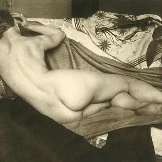 anton-josef-trcka-nu-de-dos-avec-des-tissus-concus-par-trcka-1925