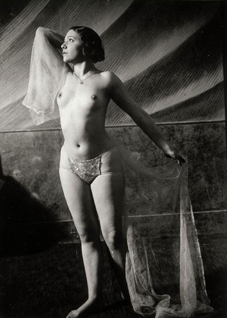 Brassaï- Danseuse nue aux voiles, vers 1932