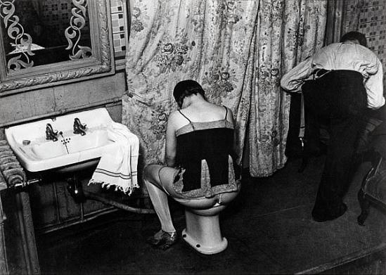 Brassaï-La toilette, rue Quincampoix, vers 1932 &