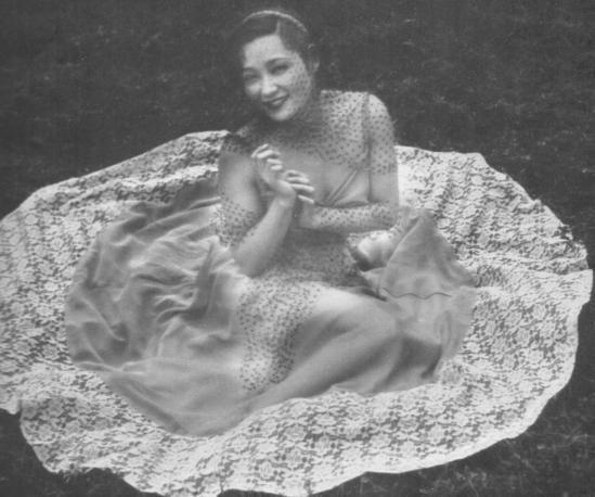 Katsuji Fukuda-Onna no utsushikata -, 1937 from the book Photokunst von Frauen) - How to Photograph Women. Japan ARS,