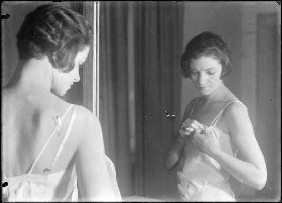 Roger Parry Femme s'habillant devant un miroir, Reportage. Publicité pour grande maison de blanc - Mode vers 1930