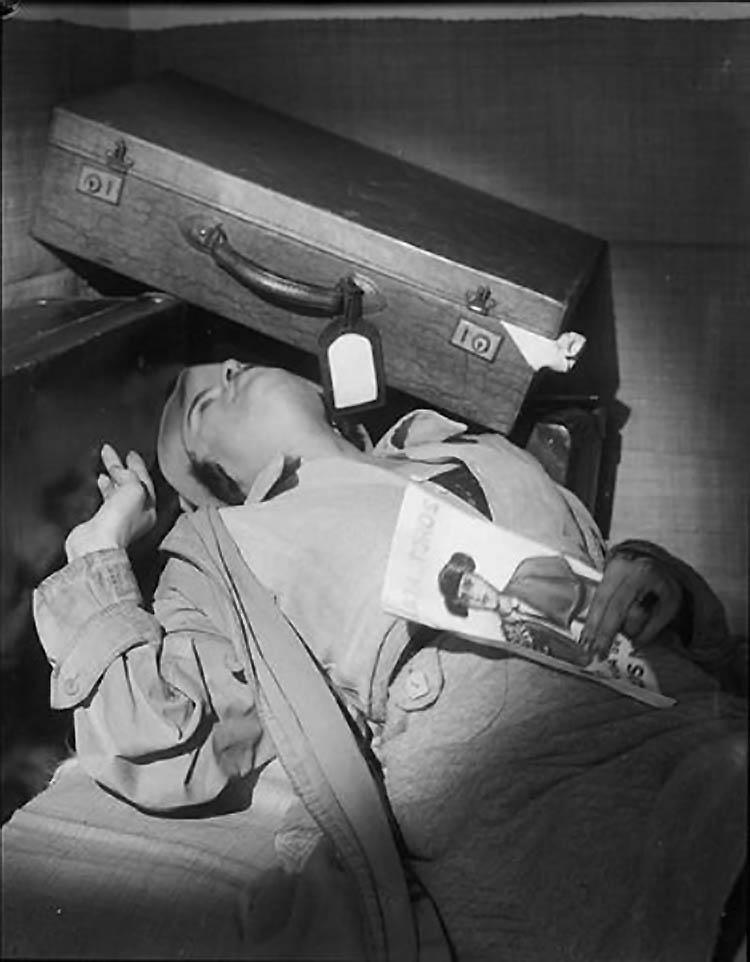 Roger Parry-Illustration de la couverture d'un roman de Maurice Marrou ; Une femme renversée et une valise1933
