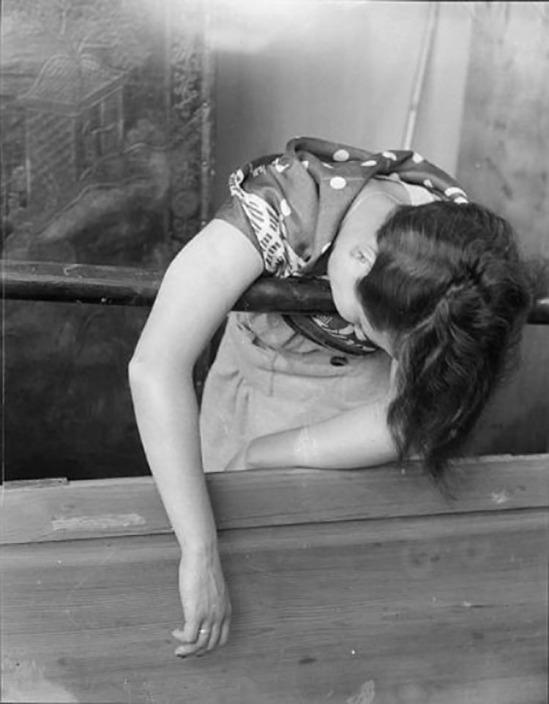Roger Parry Une femme inconsciente est soutenue par une rambarde 1934