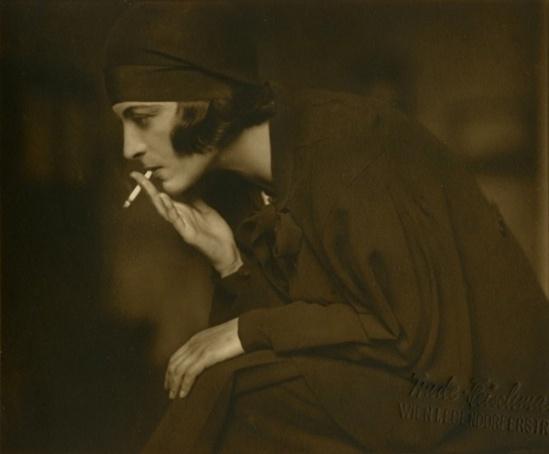 Trude Fleischmann - mit zigarette, 1930