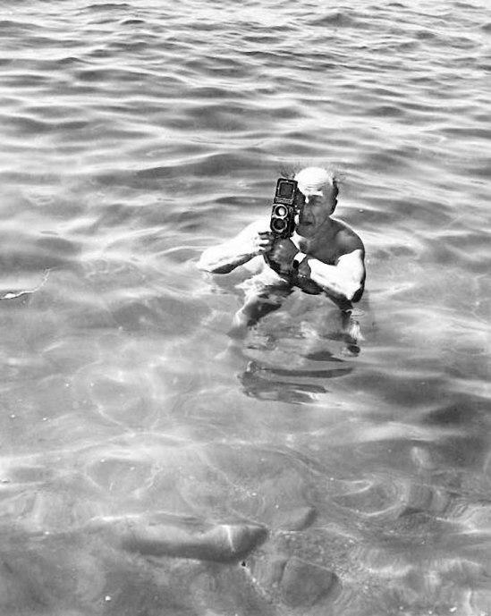 Zoltán Verre (1902-1981) de prendre une photo debout dans la mer (Autoportrait), c.  1964
