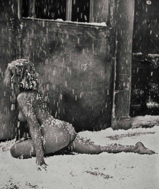 Zoltán Verre de Femme nue dans snown, 1950