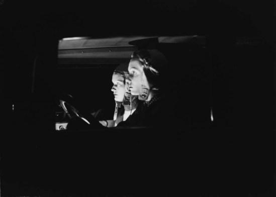 Zoltán Glass-Deux femmes, considérée side-on, dans une voiture la nuit, 1932.