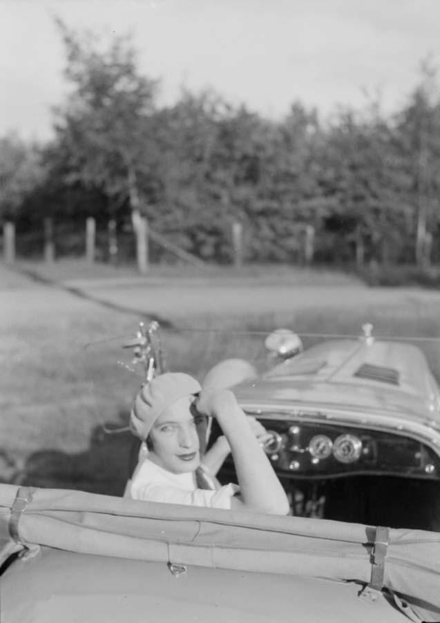 Zoltán Glass-femme dans le siège du conducteur d'une voiture, se retournant pour regarder le photographe 1923.