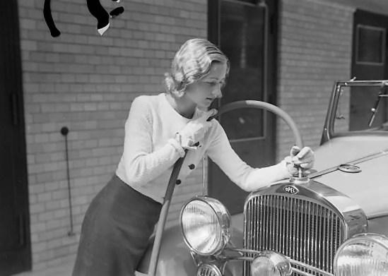 Zoltán Verre Femme avec un tuyau met liquide dans la voiture, c.1930