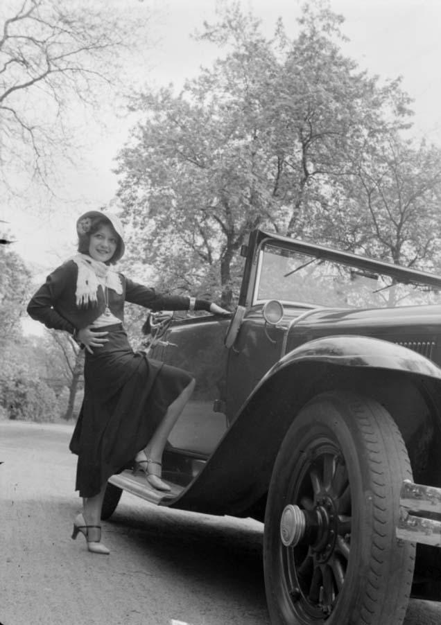 Zoltán verre Femme avec un pied sur le marchepied d'une voiture Buick, pour une série de publicité 1932.
